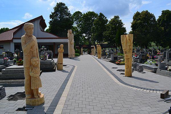 Tvorili sochy pre obecný cintorín